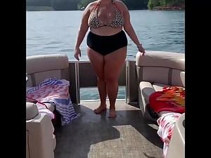 Stunning plumper shaking her ass